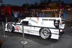 LE MANS FRANKRIKE - JUNI 12, 2014: Den Porsche 919 för tävlings- bil blanden på en tävlings- strömkrets 24 timmar på Le Mans, lön Royaltyfria Bilder