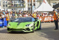 LE MANS FRANKRIKE - JUNI 16, 2017: Lyxig moderne bil Lamborghini Aventador på en ståta av piloter som springer 24 timmar fotografering för bildbyråer