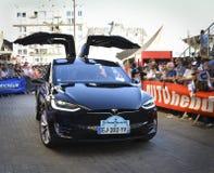 LE MANS FRANKRIKE - JUNI 16, 2017: Nya Tesla är den amerikanska elbilen framläggas på ståta av piloter som springer 24 timmar Royaltyfri Foto