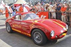 LE MANS FRANKRIKE - JUNI 16, 2017: Tappning röda Ferrari Berlinetta med emblemet av revolten Racing på en ståta av piloter som sp Arkivbild