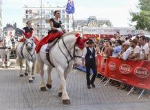 LE MANS FRANKRIKE - JUNI 13, 2014: Vit häst med ryttaren Ståta av att springa för piloter Royaltyfri Foto
