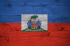 Le manteau de drapeau national du Haïti arme le vieux bois de chêne peint image libre de droits