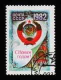 Le manteau des bras et l'horloge de Spasskaya dominent, ont consacré à la nouvelle année, vers 1982 Photos stock