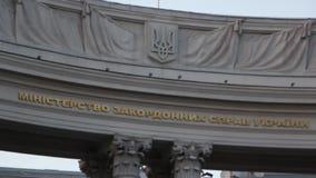 Le manteau des bras ukrainien et le titre du Ministère des Affaires Étrangères de l'Ukraine Defocused banque de vidéos