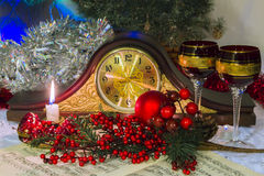 Le mantel synchronise sans mains, entourées par des accessoires de Noël Images stock