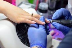 Le manucure polit la surface de l'ongle et de la peau avant APPL Photographie stock