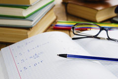 Le manuel avec le crayon lecteur Photographie stock