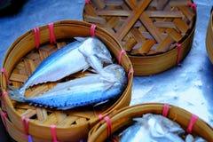 Le maquereau pêche les poissons thaïlandais de maquereau cuits à la vapeur dans le bambou rond, franc photos stock