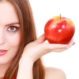 Le maquillage coloré de fille avec du charme de femme tient le fruit de pomme Photographie stock libre de droits