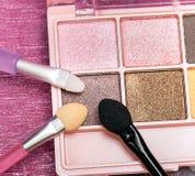 Le maquillage cosmétique d'oeil représente les produits de beauté et l'applicateur photographie stock libre de droits