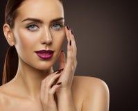 Le maquillage de beauté de femme, mannequin Face Make Up, observe des clous de lèvres photographie stock libre de droits