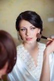 Le maquillage de jeune mariée est appliqué dans le matin photographie stock libre de droits