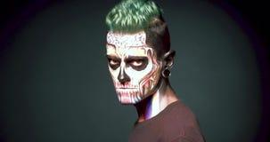 Le maquillage de zombi équipe dessus le visage banque de vidéos