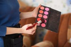 Le maquilleur s'occupe le maquillage Photographie stock libre de droits