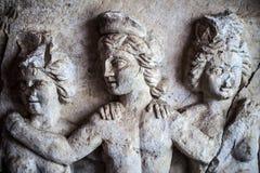 Le marbre antique d'âge fait face à la statue Images stock