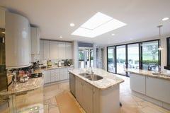 Le marbre a complété des unités de plan de travail dans la cuisine moderne photos libres de droits