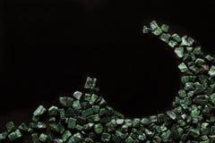 Le marbre vert écrasé sur le fond noir, verde Guatemala Photo libre de droits