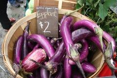 Le marché/aubergine de l'agriculteur photographie stock