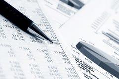Le marché boursier de comptabilité financière représente graphiquement des diagrammes Photo libre de droits