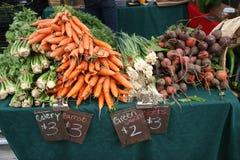 Le marché de l'agriculteur/carottes, betteraves, oignons, céleri photos stock