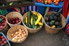 Le marché de l'agriculteur/oignons, courgette, courge image libre de droits