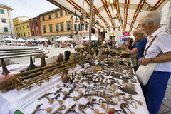 Le marché de l'antiquité et du vintage objecte dans Sarzana, Ligurie, Italie image stock