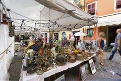 Le marché de l'antiquité et du vintage objecte dans Sarzana, Ligurie, Italie image libre de droits