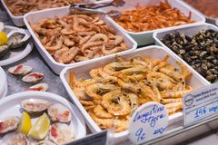 Le marché de Mercado San Miguel avec les espaces restauration et des délicatesses est un endroit populaire parmi des touristes et Photographie stock