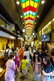 Le marché de nourriture de Nishiki à l'intérieur des personnes fait des emplettes Kyoto Photographie stock libre de droits