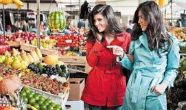 Le marché porte des fruits des amis d'achats Photo stock