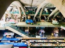 Le marché sous la structure en béton, Gare font Oriente, Lisbonne, Portugal par Calatrava Photographie stock libre de droits