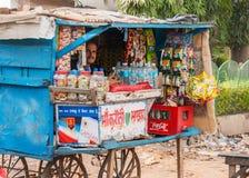 Le marchand ambulant vend les produits de base d'épicerie Images libres de droits
