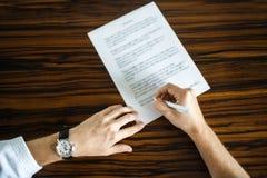 Le marié écrit une lettre à sa jeune mariée aimée images stock