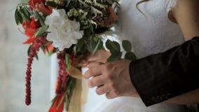 Le marié étreint la jeune mariée par derrière, adoucissent des contacts clips vidéos