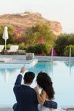 Le marié affiche son temple de fiancée de Poseidon Photographie stock libre de droits