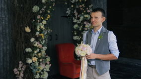 Le marié attend la jeune mariée pour remettre son bouquet de mariage banque de vidéos