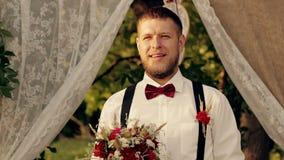 Le marié attend la vidéo de la jeune mariée HD banque de vidéos