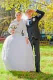 Le marié avec la jeune mariée pensent à l'avenir. Automne ensoleillé. photos libres de droits