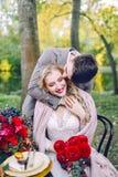 Le marié beau étreignant sa jeune mariée à la table de fête Mariage d'automne dessin-modèle Images libres de droits