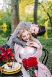 Le marié beau étreignant sa jeune mariée à la table de fête Mariage d'automne dessin-modèle Photographie stock libre de droits
