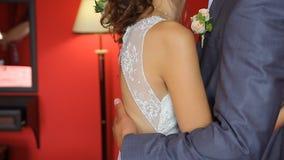 Le marié beau voit d'abord la jeune mariée de beauté dedans banque de vidéos