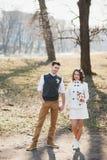 le marié d'étage de robe de couples de mariée remet la fixation regardant la verticale procès se reposant romantique au blanc s'u Photo libre de droits