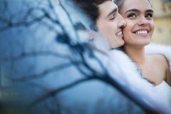 le marié d'étage de robe de couples de mariée remet la fixation regardant la verticale procès se reposant romantique au blanc s'u Photos stock
