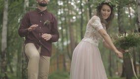 Le marié de jeune mariée ont la nature d'amusement banque de vidéos