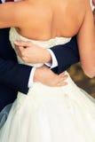 Le marié embrasse des jeunes mariées Photo libre de droits