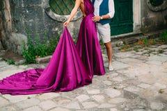 Le marié embrasse la jeune mariée dans la vieille ville Épouser dans Montene Photo stock
