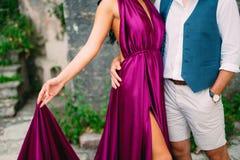 Le marié embrasse la jeune mariée dans la vieille ville Épouser dans Montene Photo libre de droits