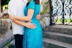Le marié embrasse la jeune mariée dans la vieille ville Épouser dans Montene Images libres de droits