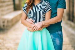 Le marié embrasse la jeune mariée dans la vieille ville Épouser dans Montene Photographie stock