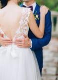 Le marié embrasse la jeune mariée dans la vieille ville Épouser dans Montene Image libre de droits